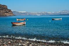 Barcos de pesca amarrados acima na praia Foto de Stock Royalty Free