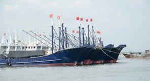Barcos de pesca amarrados en el puerto Fotografía de archivo libre de regalías
