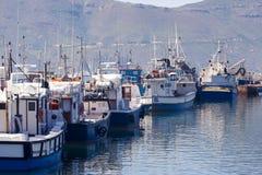 Barcos de pesca amarrados en el puerto de la bahía de Hout Fotografía de archivo