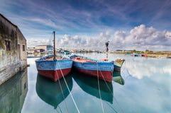 Barcos de pesca amarrados en el río Fotografía de archivo