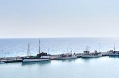 Barcos de pesca amarrados en puerto imagenes de archivo