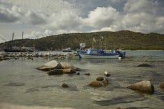 Barcos de pesca amarrados na baía natural fotografia de stock