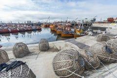 Barcos de pesca anaranjados en marzo del Plata, la Argentina Foto de archivo libre de regalías