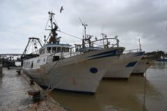 Barcos de pesca anclados en el puerto fotografía de archivo libre de regalías