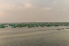 Barcos de pesca ancorados no mar fotografia de stock
