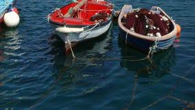 Barcos de pesca antiguos y pequeños metrajes