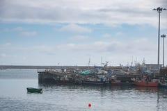 Barcos de pesca atracados en el puerto histórico de Povoa de Varzim, Portugal fotografía de archivo