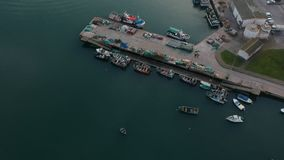 Barcos de pesca atracados en puerto pesquero en Portugal Tiro de arriba del abejón que vuela lentamente detrás almacen de video