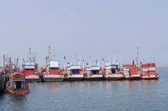 Barcos de pesca azuis no sri chang de Kho, Chonburi Tailândia Fotos de Stock