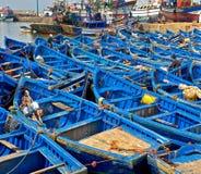 Barcos de pesca azules en el puerto de Essaouira, Marruecos fotos de archivo