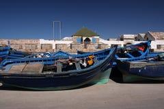 Barcos de pesca azules en el puerto en Marruecos Imágenes de archivo libres de regalías