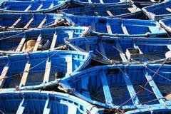 Barcos de pesca azules en Essaouira Fotos de archivo libres de regalías