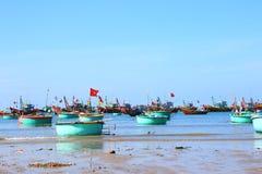 Barcos de pesca azules redondos en la bahía al aire libre imagen de archivo
