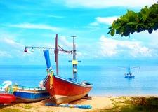 Barcos de pesca bonitos na praia tropical, golfo de Sião Foto de Stock