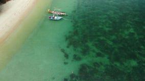 Barcos de pesca cerca del fil?n Vista a?rea hermosa de los barcos de pesca que flotan en la agua de mar azul cerca del arrecife d almacen de metraje de vídeo