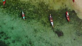 Barcos de pesca cerca del fil?n Vista a?rea hermosa de los barcos de pesca que flotan en la agua de mar azul cerca del arrecife d metrajes