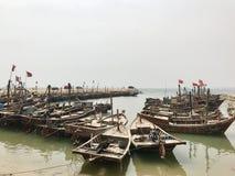 Barcos de pesca chinos en la bahía fotos de archivo