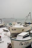 Barcos de pesca cobertos de neve em Pomorie Foto de Stock Royalty Free