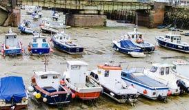 Barcos de pesca colados na lama na maré baixa Fotografia de Stock Royalty Free