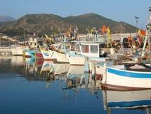 Barcos de pesca coloridos Fotos de Stock Royalty Free