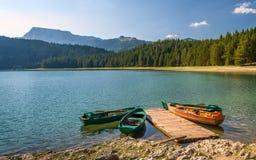 Barcos de pesca coloridos em lagos da montanha de Durmitor Fotografia de Stock Royalty Free