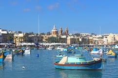 Barcos de pesca coloridos em Marsaxlokk, Malta fotografia de stock royalty free