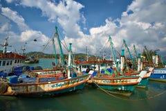 Barcos de pesca coloridos em Tailândia Imagem de Stock