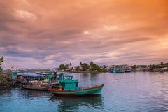 Barcos de pesca coloridos em um porto Ilha de Phu Quoc, Vietname imagens de stock