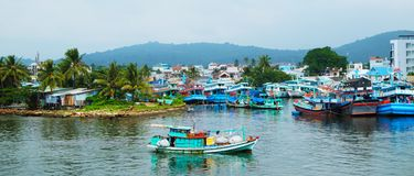 Barcos de pesca coloridos em um porto Ilha de Phu Quoc, Vietname fotos de stock royalty free