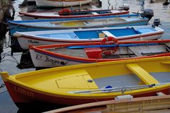 Barcos de pesca coloridos en el lago Garda imagen de archivo
