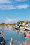 Barcos de pesca coloridos en la fotografía de Tailandia Fotografía de Asia sudoriental del viaje Fotografía de Asia sudoriental d Imagenes de archivo