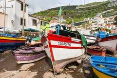 Barcos de pesca coloridos en la orilla Fotos de archivo libres de regalías