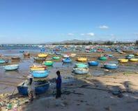 Barcos de pesca coloridos en la playa en Vietnam meridional Fotos de archivo libres de regalías