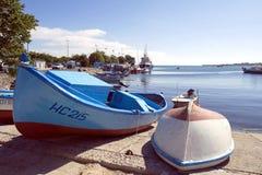 Barcos de pesca coloridos no cais Imagens de Stock Royalty Free