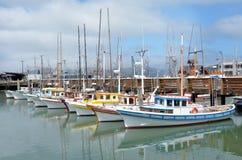 Barcos de pesca coloridos no pescador Wharf San Francisco fotos de stock royalty free