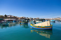 Barcos de pesca coloridos típicos cerca del mercado de Marsaxlokk, Malta Fotos de archivo libres de regalías