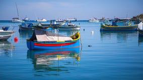 Barcos de pesca coloridos típicos de Luzzu de La Valeta, Malta Imagen de archivo