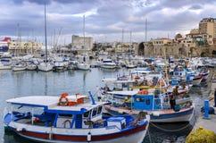 Barcos de pesca coloridos tradicionales atracados en el puerto veneciano viejo en la ciudad de Heraklion imagen de archivo