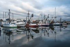 Barcos de pesca comercial no alvorecer Fotografia de Stock