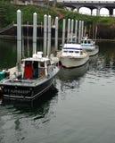 Barcos de pesca comerciales de la carta de los salmones y del bacalao fotografía de archivo