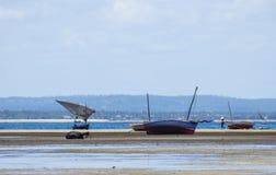 Barcos de pesca con marea baja Fotos de archivo
