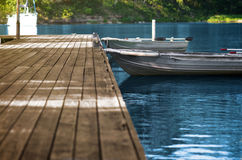 Barcos de pesca de aluminio en el muelle de madera Fotos de archivo