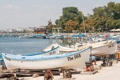 Barcos de pesca de estacionamento em Pomorie, Bulgária fotos de stock