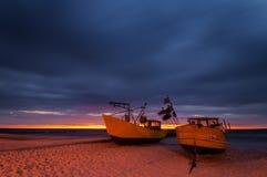 Barcos de pesca de la noche, costa del mar Báltico Imagen de archivo