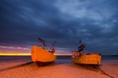 Barcos de pesca de la noche, costa del mar Báltico Imagenes de archivo