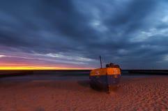 Barcos de pesca de la noche, costa del mar Báltico Fotos de archivo