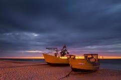 Barcos de pesca de la noche, costa del mar Báltico Fotos de archivo libres de regalías