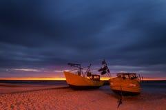 Barcos de pesca de la noche, costa del mar Báltico Foto de archivo