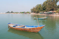 Barcos de pesca de madeira na praia fotografia de stock royalty free