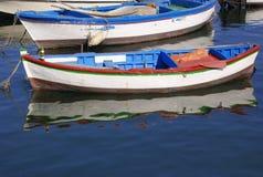 Barcos de pesca de madeira no mar foto de stock royalty free